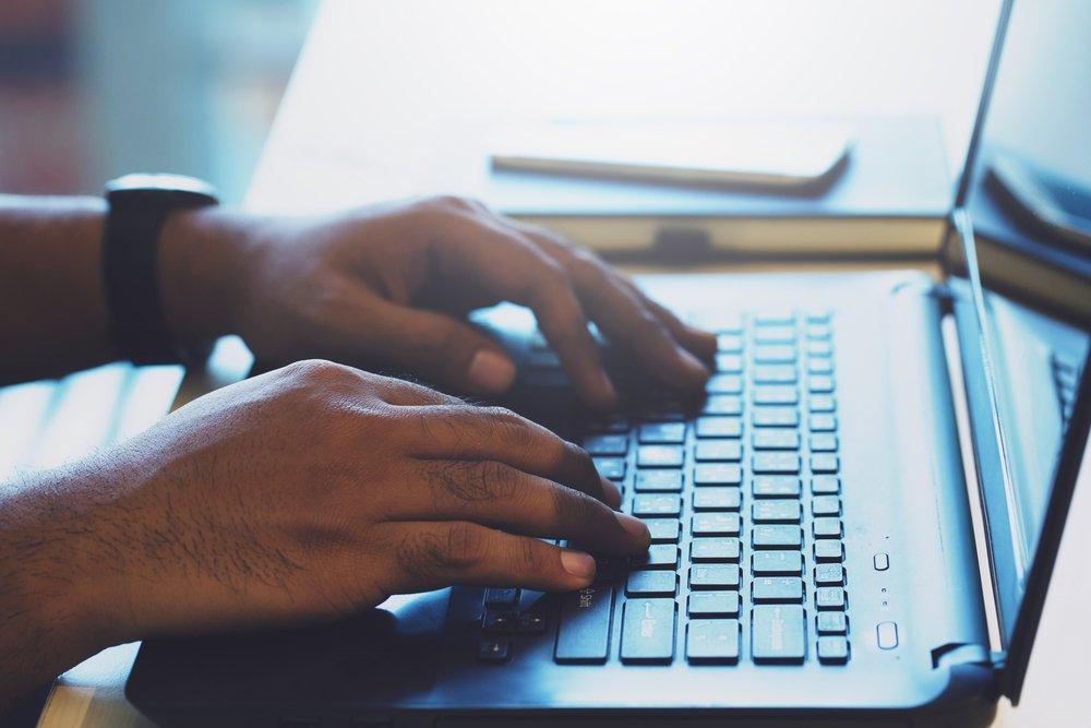 O computador é uma ferramenta essencial para começar um curso a distância