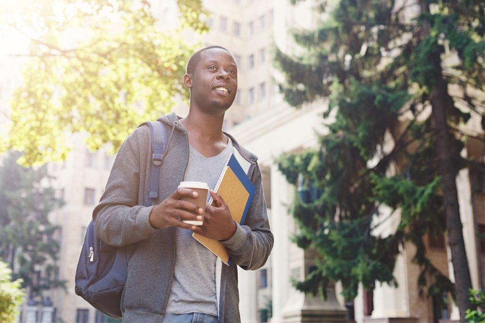 Saber como conciliar trabalho e estudo é uma tarefa importante para o dia a dia de um universitário