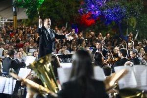 Orquestra da UniCesumar leva canções natalinas para as principais vias de Maringá