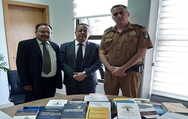 Professores fazem doação de livros de docentes e discentes para a Polícia Militar