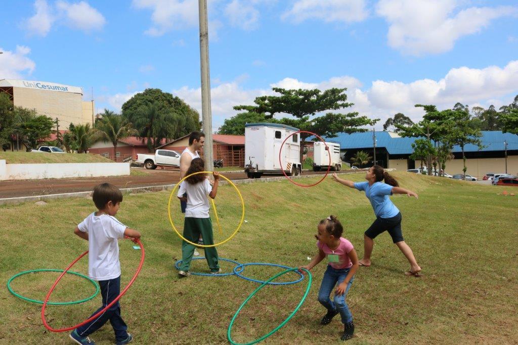 Crianças visitam a Unicesumar e aprendem 'brincadeiras antigas'