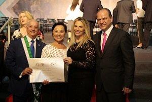 Presidente da mantenedora Cesumar recebe a Ordem Estadual do Pinheiro
