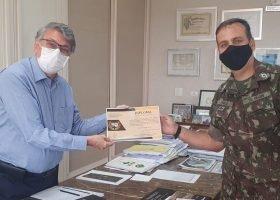 """""""Diploma de Amigo"""": reitor da UniCesumar recebe honraria da 5ª Região Militar """"Heróis da Lapa"""""""