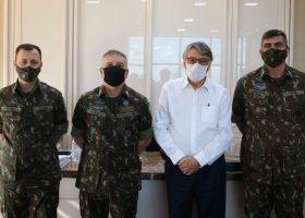 Reitor Wilson de Matos Silva recebe visita de autoridades do Exército