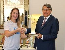 Reitor da Unicesumar recebe troféu de campeão dos JUPs