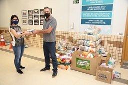 Universitários arrecadam uma tonelada de alimentos