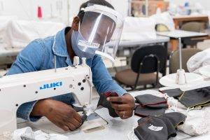 Imigrantes aprendem a produzir máscaras para geração de renda