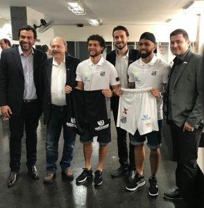 Na imagem, a UniCesumar patrocinando o Santos Futebol Clube.